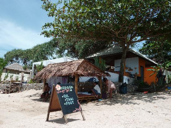 Nik's Garden : Massage on the beach and bar behind