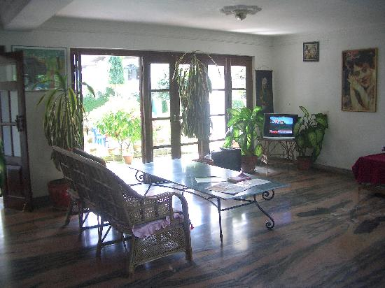 Vagabond Guest House : hall and reception, garden view