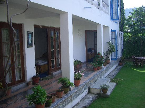Vagabond Guest House : patio with rooms entrance