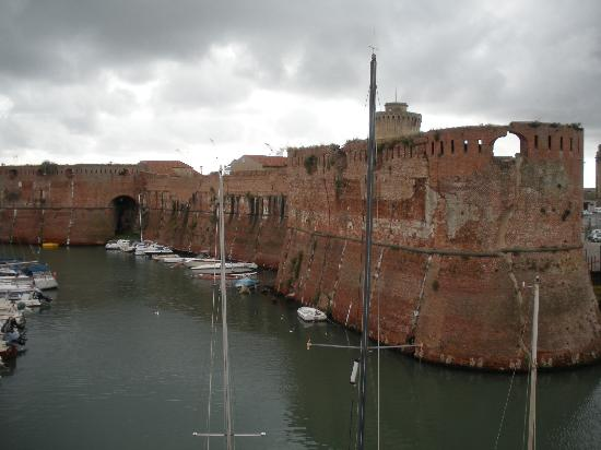 Livorno, Italy: alte Hafenmauer