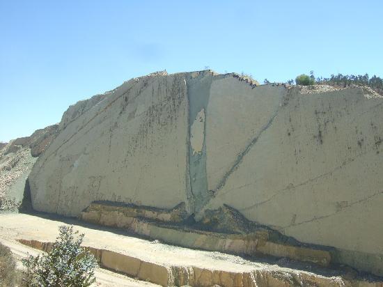 Sucre, Bolivia: 白亜紀の恐竜の足跡がおよそ5000個も残されています。