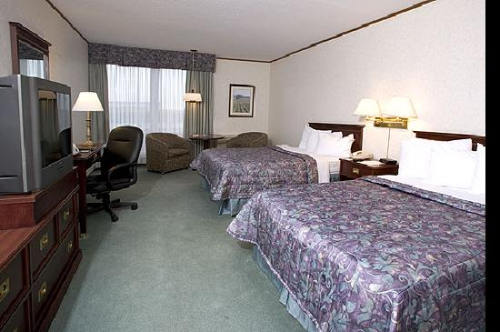 Quality Inn & Suites Downtown: Traditional Room w fridge and microwave