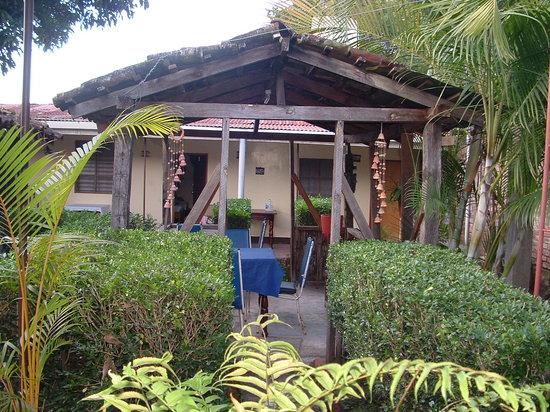 Hostal El Meson: Jardin interior del hotel