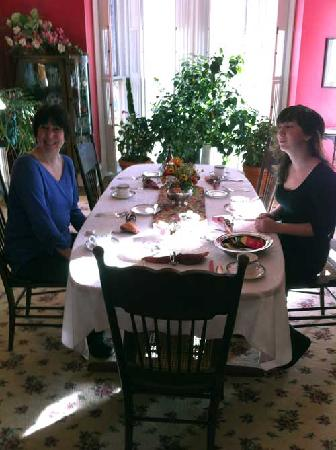 Brookside Manor Bed and Breakfast: Sitting down to breakfast at the Brookside Manor B&B