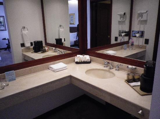 NH Collection Quito Royal : 洗面所