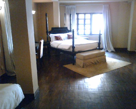 Hotel Courtyard: Wooden floors, 4 poster bed