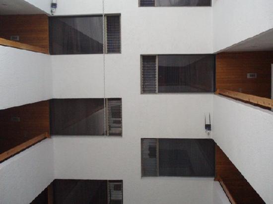 Hotel Emily: Vista desde la escalera hacia las habitaciones que dan al ventiluz