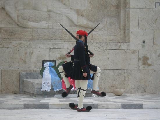 Atene, Grecia: Euzones en la Plaza Syntagma
