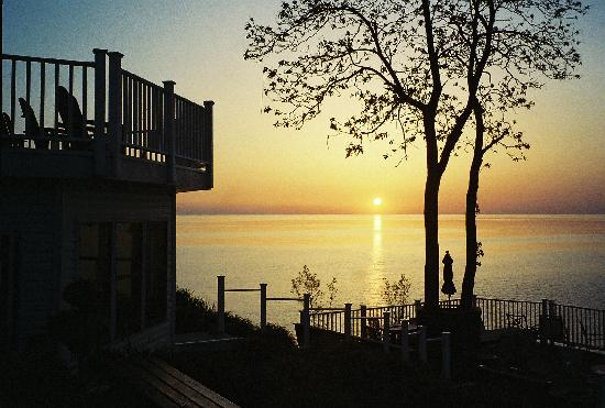 The Lakehouse Inn: Sunset over the lake