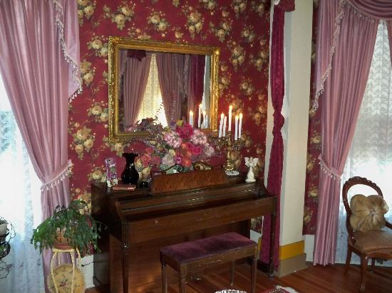 Benefield House Bed & Breakfast : Enjoying the parlor