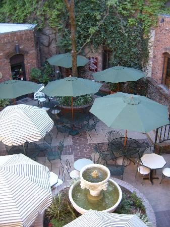 Historic Cary House Hotel: Courtyard for meetings - over 100 year ivy covered bricks