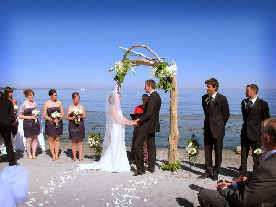 The Lodge at Weirs Beach: Wedding ceremony on beach