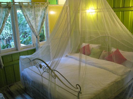 Chic39 Bed & Breakfast: You can see greens from the windows right in the middle of Bangkok!
