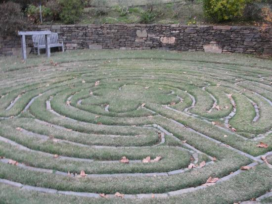 Lookout Point Lakeside Inn : The Stone Maze