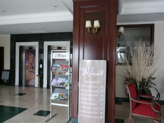 Hotel Monec: Hotel Lobby