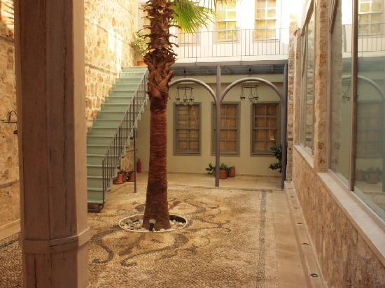 Alp Pasa Hotel : Apartment courtyard