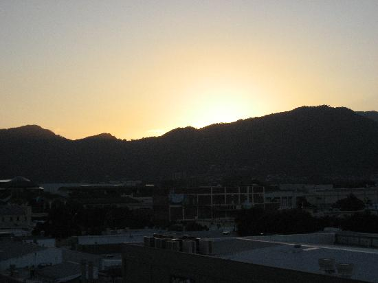 Inn Cairns Boutique Apartments: Sunset from our room