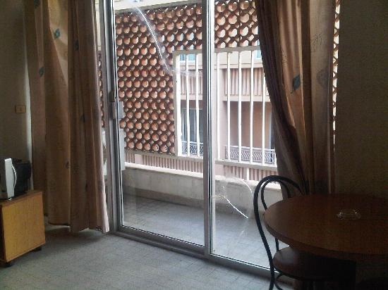 Napoli Hotel: Broken windows, unsafe