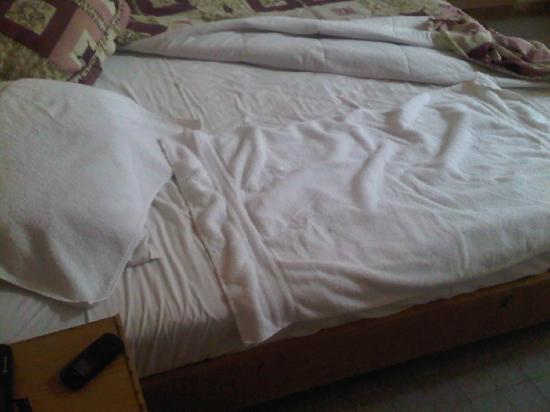 Napoli Hotel: Dirty bed sheets, I had to use towels to sleep