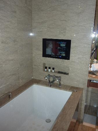 Les Suites Orient, Bund Shanghai : Bath tube with TV
