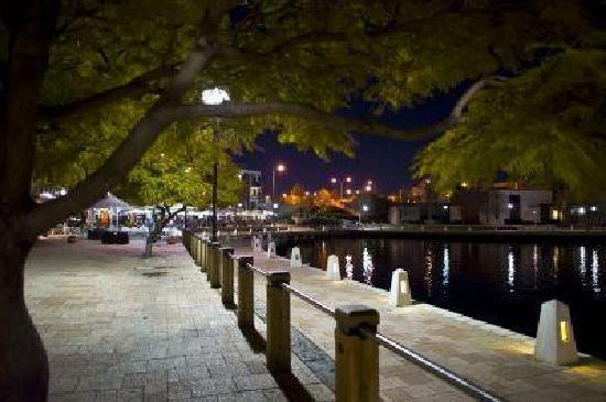 Perths La Casa Rosa Bed and Breakfast: Swan River night walk