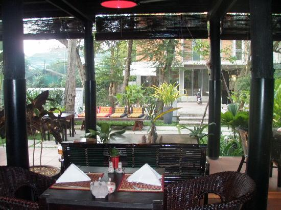 Angkor Safari Hotel: Inside the restaurant looking out to the street
