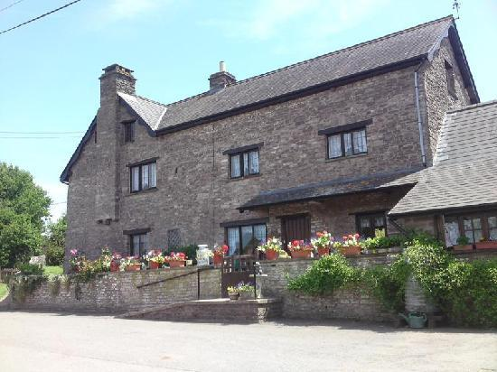 Usk Country Cottages: Looking at Pentre Farm from the road