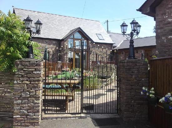 Usk Country Cottages: The gate leading to the atrium with the fishpond