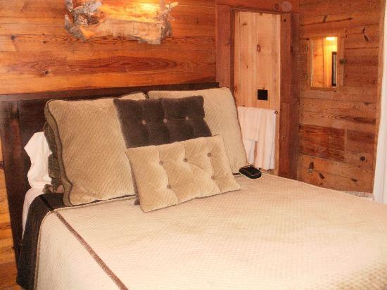 Lake Rabun Hotel & Restaurant: Beautiful room and bed