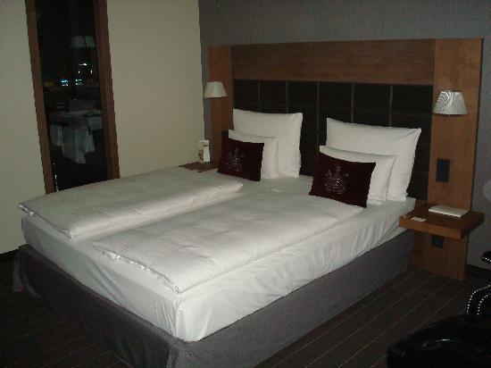 Mövenpick Hotel Stuttgart Airport: Bed with window to shower visible