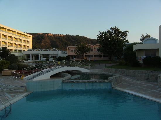 Avra Beach Resort Hotel - Bungalows: l'autre coté de la piscine