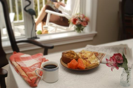 The Sunset Inn : Breakfast on the front porch or living area