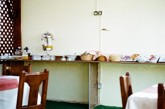 4S Hotel: Sad looking breakfast, complete with flying birds