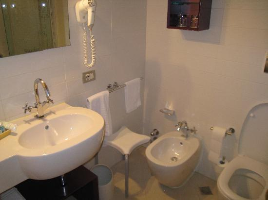 Arli Hotel: bathroom 1