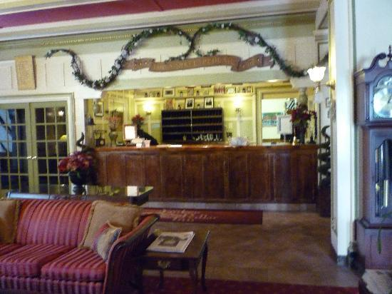Yankee Pedlar Inn: The check in desk in the lobby