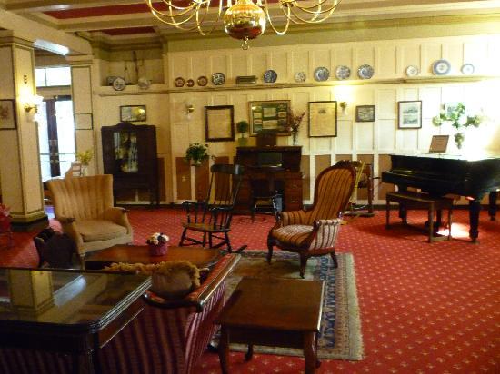 Yankee Pedlar Inn: Front room foyer