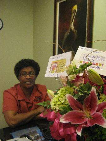 Апалачикола, Флорида: Nedra Jefferson at the Water Street Hotel's front desk with her Bouquet of Thanks