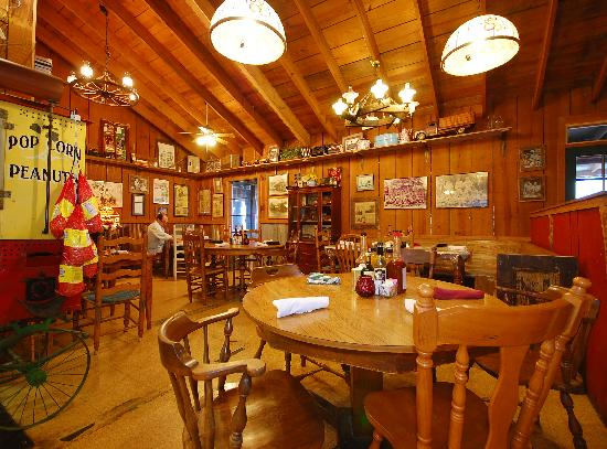The Smoke House Lodge & Cabins: The casual comfortable Main Dining room at the Smoke House Restaurant Open Everyday