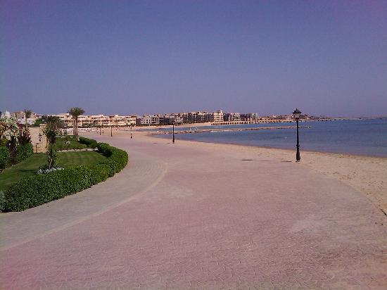 Palm Beach Piazza : Beach (South) towards Romnce & Pyramisa. A nice peer can be seen