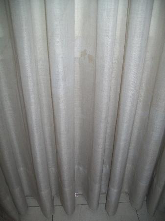 Val Apartments: tenda del salotto macchiata e nera di polvere