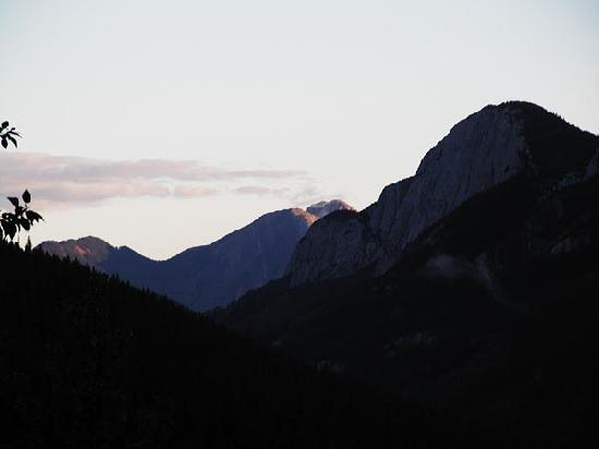 Miette Hot Springs Resort: Mountain sunrise at Miette