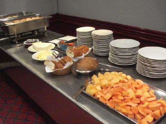 Hotel Suites Real 97: ホテル地下の朝食