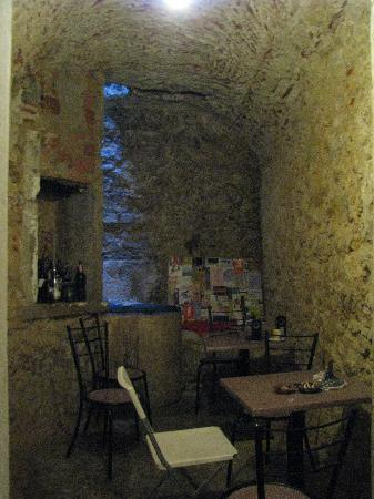 "Johnies Place Lisbon Hostel & Suites : The ""grotto"""