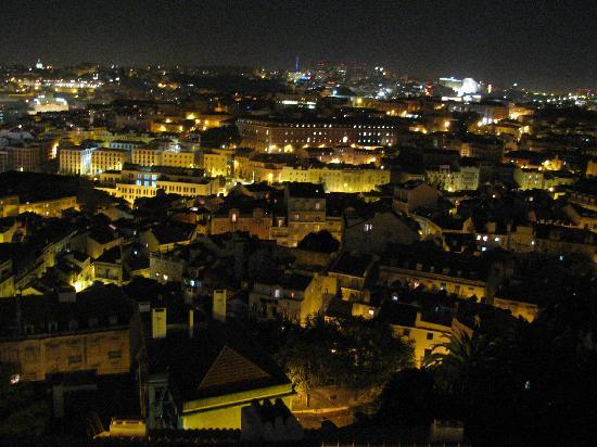 Johnies Place Lisbon Hostel & Suites : Night view from the lookout area up the road