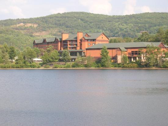 Flintstone, MD: Rocky Gap Resort across the lake