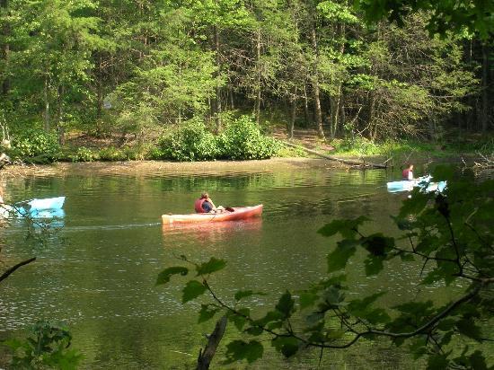 ร็อคกี้แก๊ปลอดจ์ แอนด์ กอล์ฟ รีสอร์ท: Canoes that can be rented at the resort