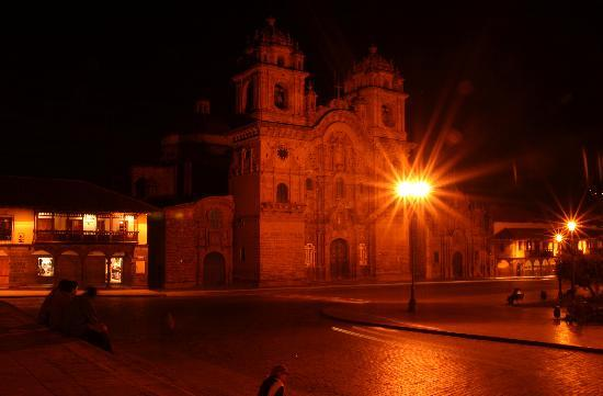 Amaru Hostal : Plaza de Armas at night