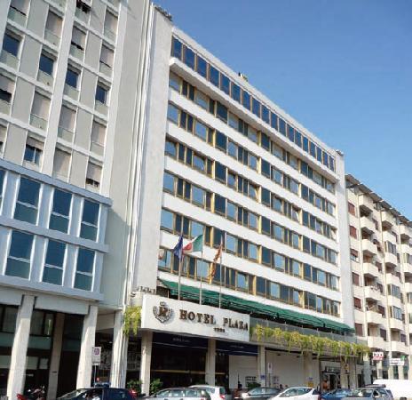 Hotel Plaza: プラザホテル外観。駅の真ん前。