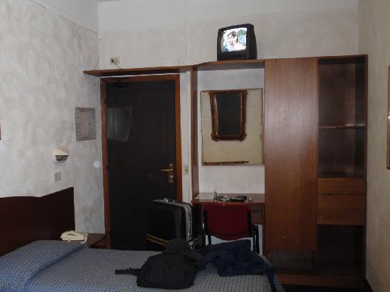 Concorde Hotel: テレビの位置とベット