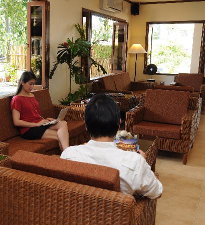 Hotel Tropika Davao: Hotel Lobby